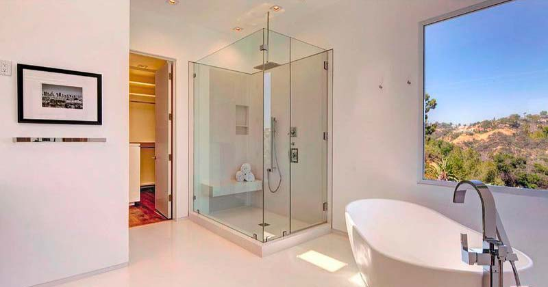 Ванная комната с видом на горы