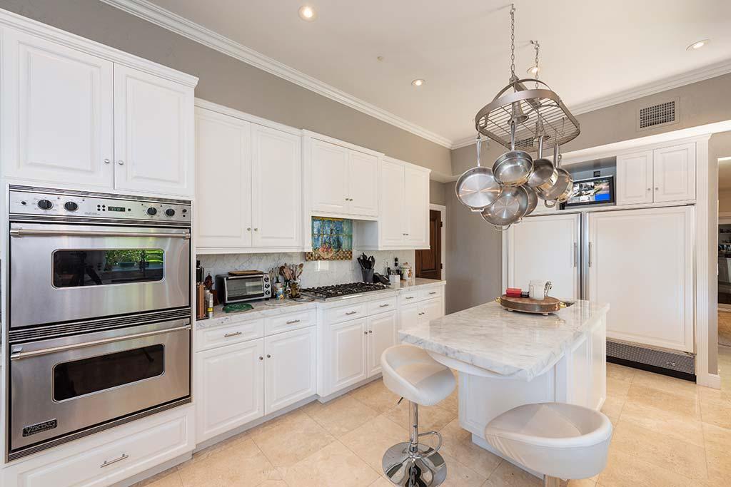Белый мрамор на кухне