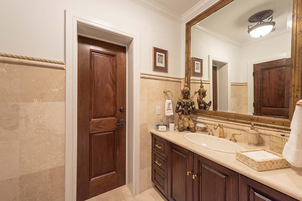 Одна из пяти ванных комнат в доме