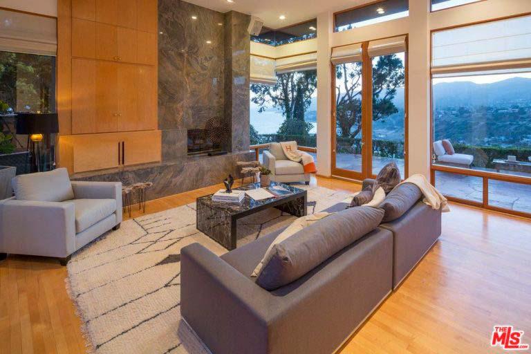 Дизайн гостиной с камином в доме супермодели