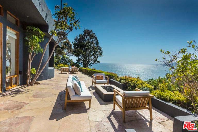 Обзорная терраса у дома с видом на океан и горы