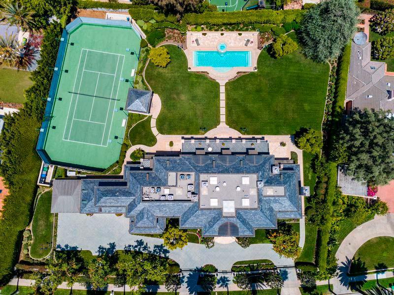 Вилла с теннисным кортом и бассейном
