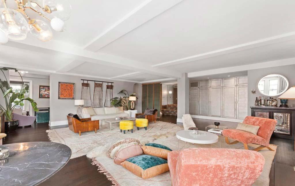 Большая гостиная в квартире знаменитости