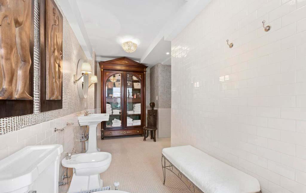 Одна из двух ванных комнат в квартире