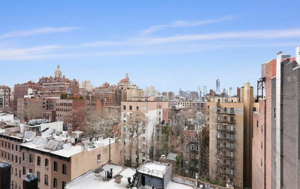 Панорамный вид на город с балкона квартиры