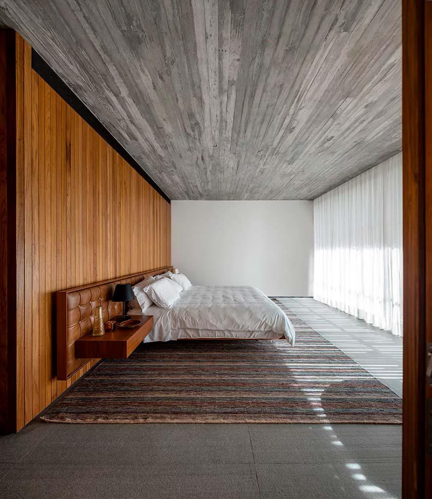 Бетон и древесина в дизайне спальни