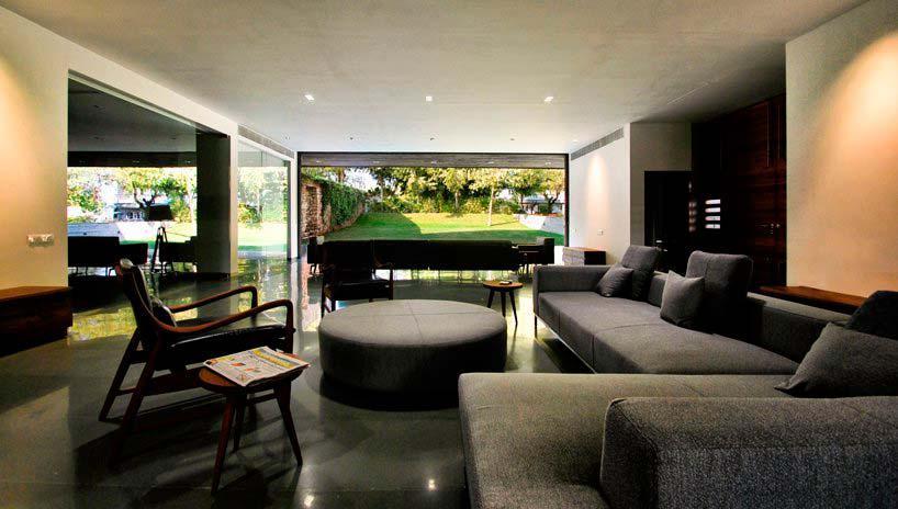 Современный дизайн гостиной с выходом в сад
