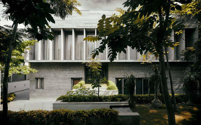 Дом из бетона с панорамными окнами на втором этаже