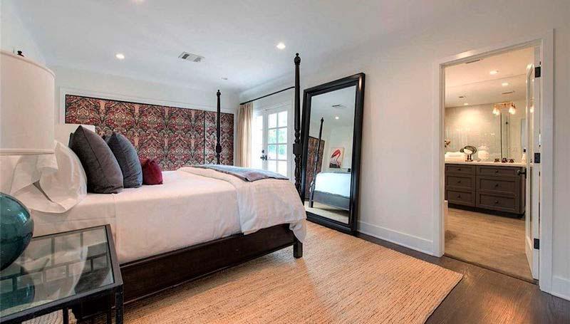Интерьер спальни с большим зеркалом