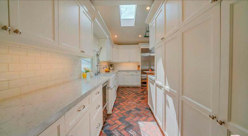 Дизайн узкой кухни с гранитной столешницей