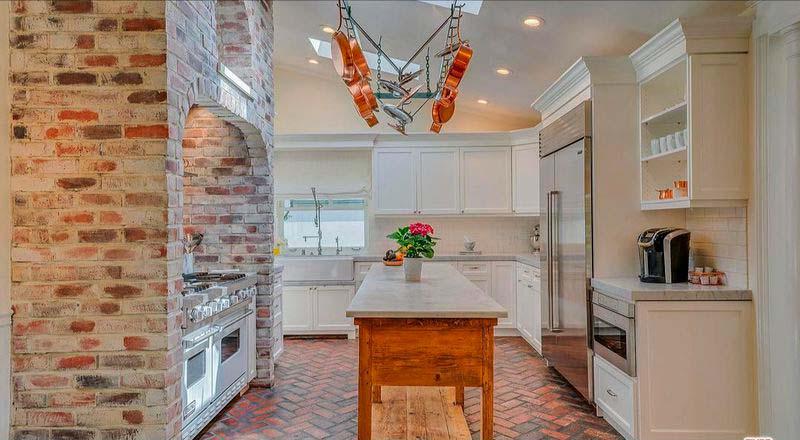 Кирпичная печь в дизайне кухни
