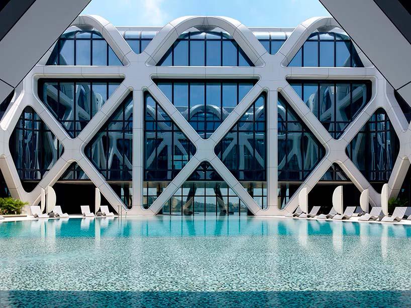 Спа и бассейн на крыше башни отеля Morpheus в Макао