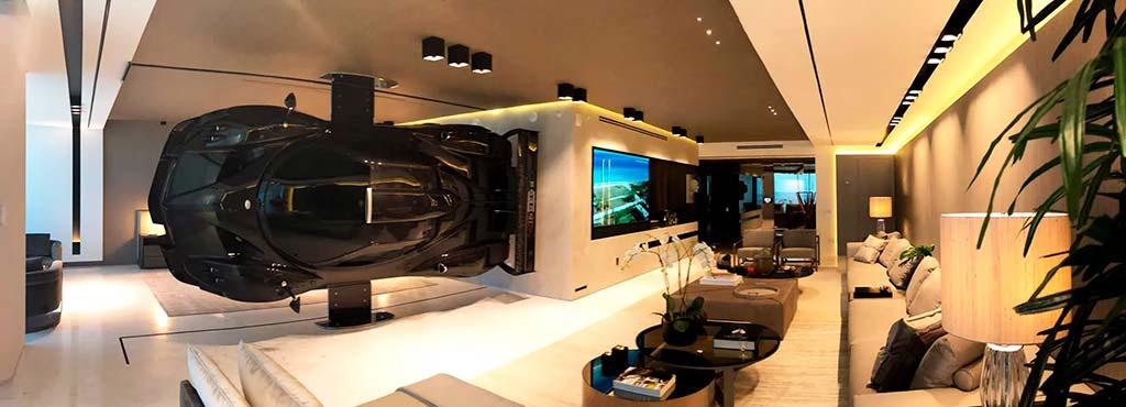 Интерьер квартиры с суперкаром Pagani Zonda R