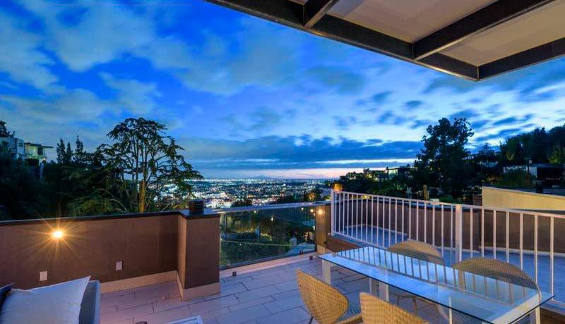 Вид на огни Лос-Анджелеса с террасы дома