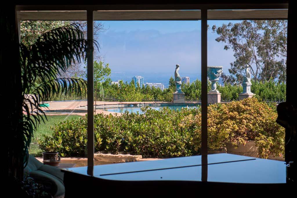 Панорамный вид на Лос-Анджелес из окон дома