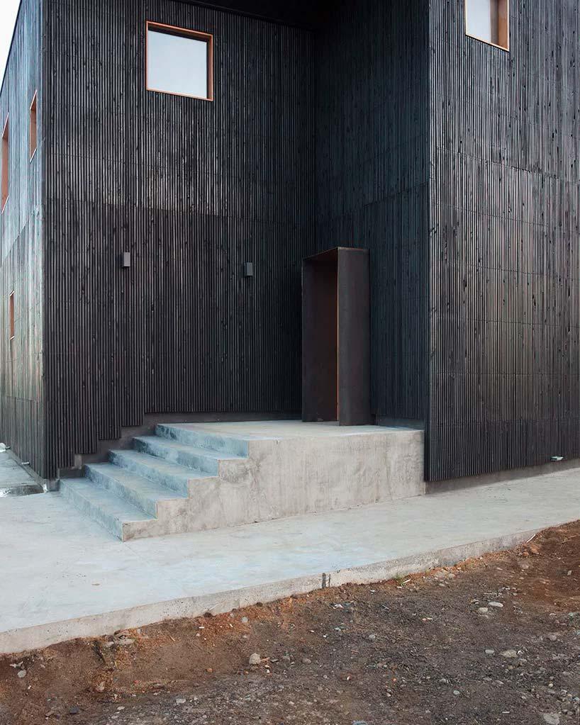 Деревянный фасад и бетонная лестница в дома