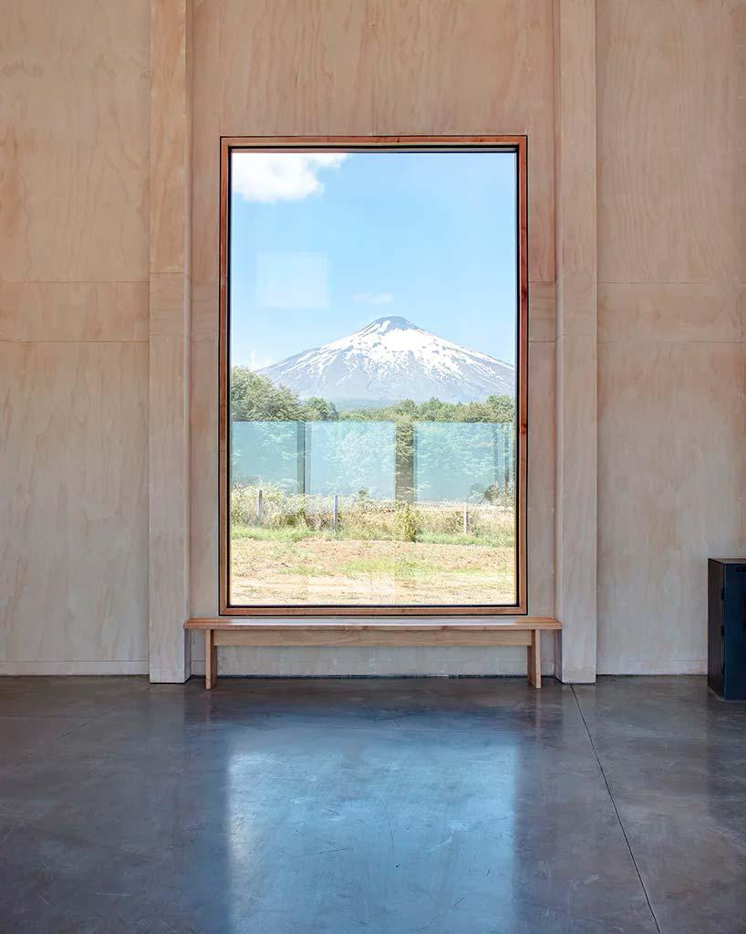 Огромное окно открывает вид на вулкан