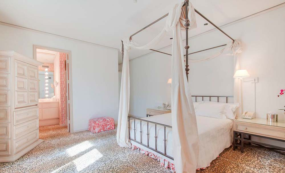 Одна из семи спален в доме Фрэнка Синатры
