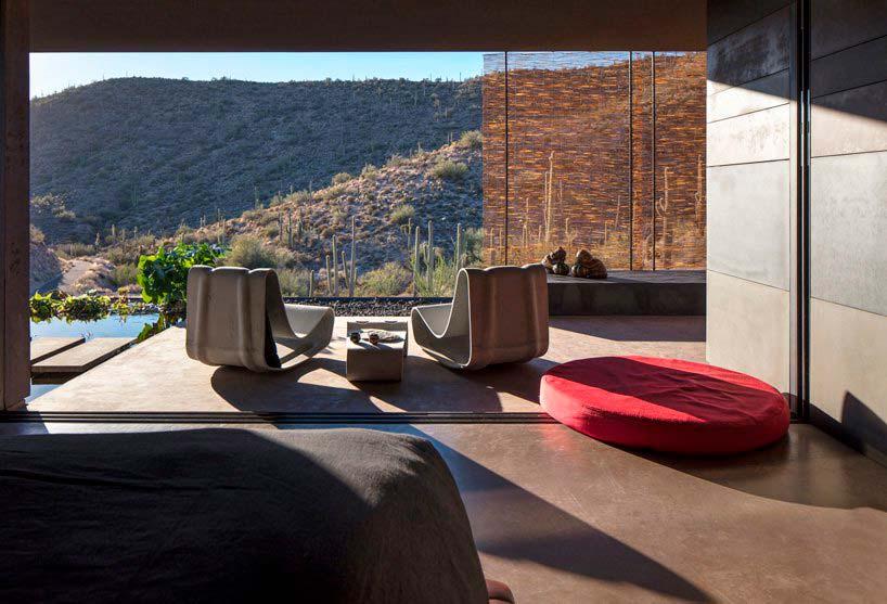 Вид на пустыню из окон дома от Wendell Burnette Architects