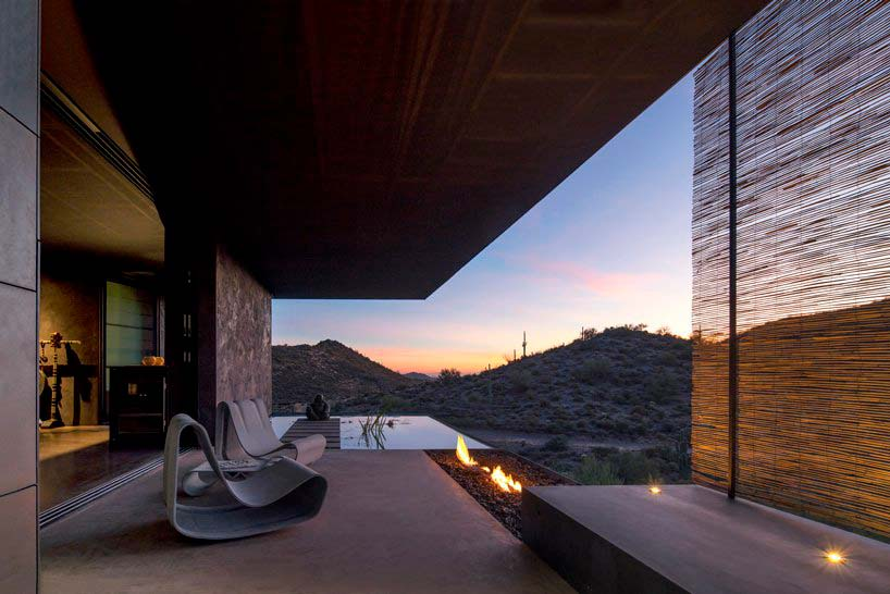 Терраса и пейзажный бассейн у дома в пустыне
