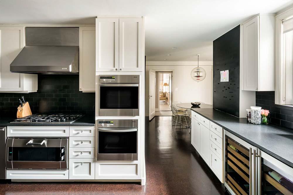 Кухня в квартире Мэтта Лауэра