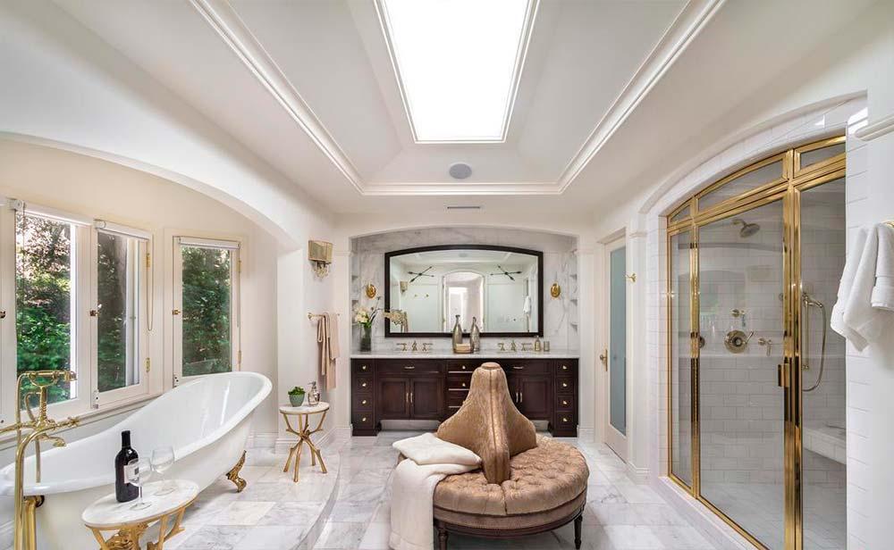 Элитная мраморная ванная комната в доме