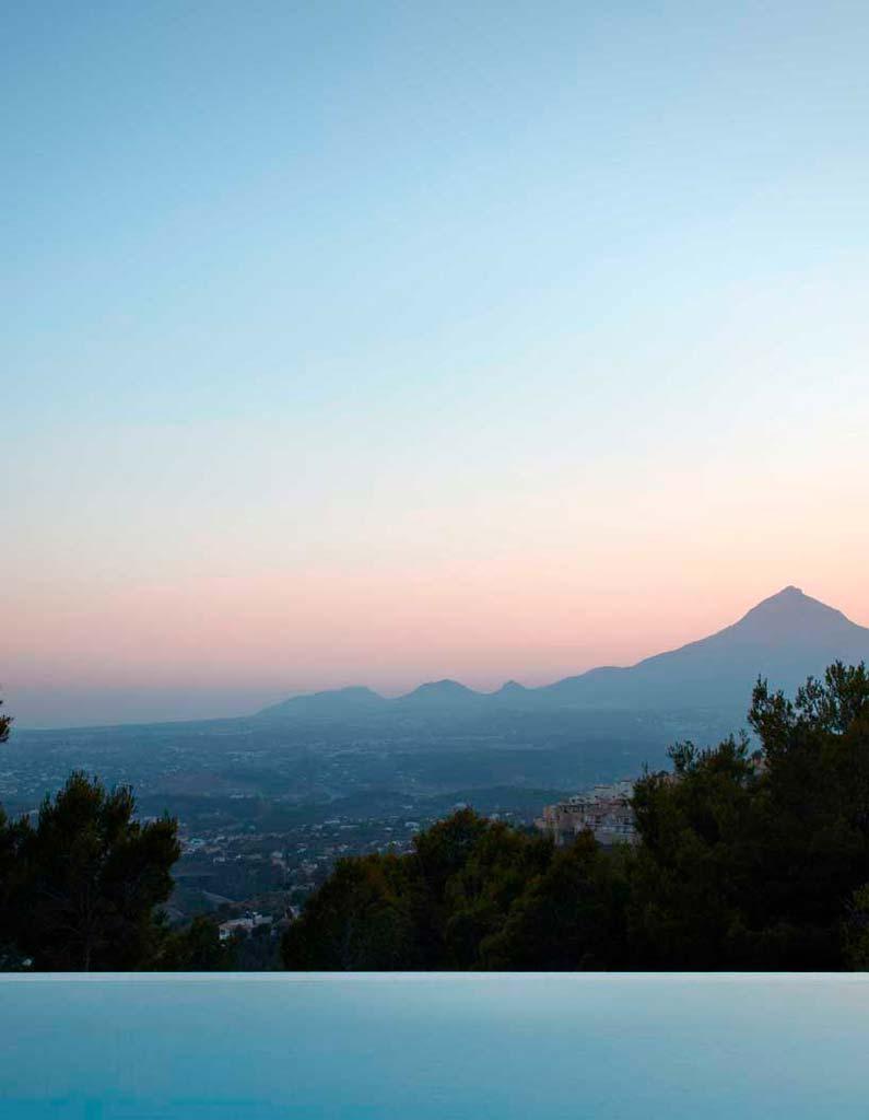 Вид с бассейна на Средиземное море и Аликанте