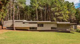 Прибрежный лесной дом от Besonías Almeida Arquitectos | фото