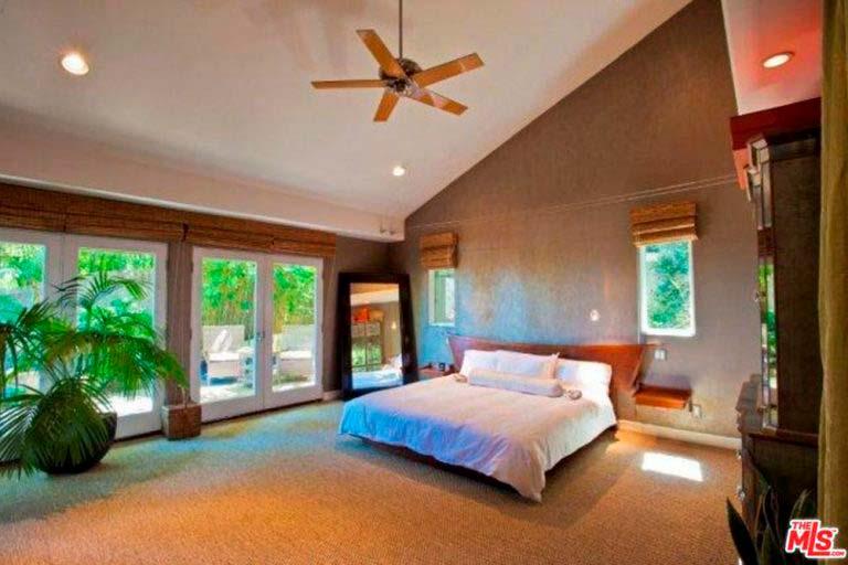 Главная спальня в доме актрисы