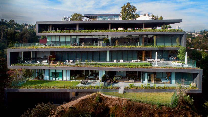 Дом в холме с парковкой на крыше