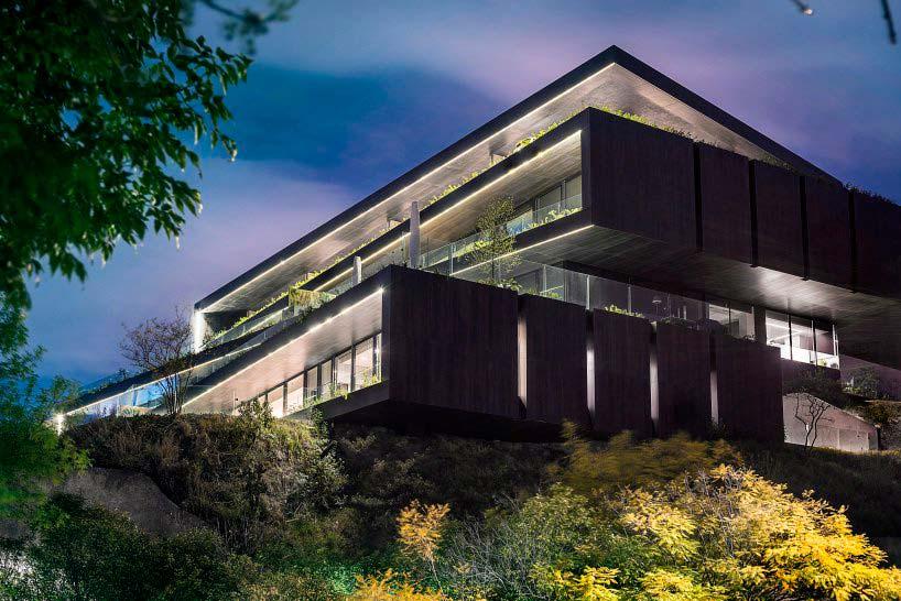 Здание в холме от Sordo Madaleno Arquitectos