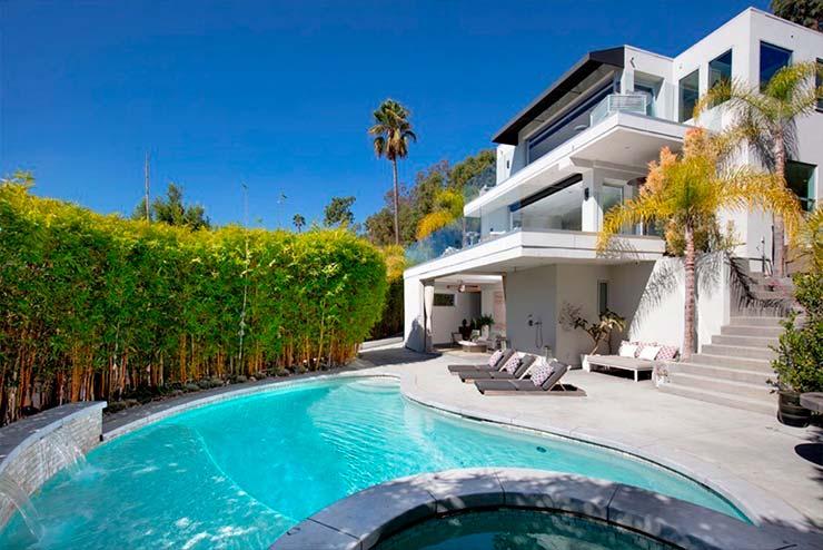 Дом с бассейном Гарри Стайлса в Лос-Анджелесе