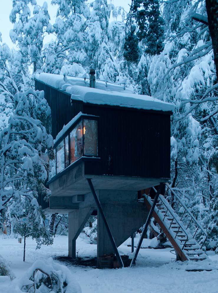 Деревянная изба в снежном лесу от DRAA