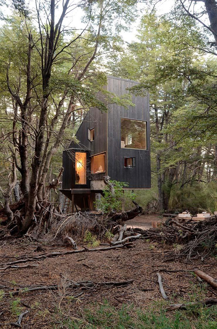 Деревянный дом на бетонных сваях. 3 метра над землей