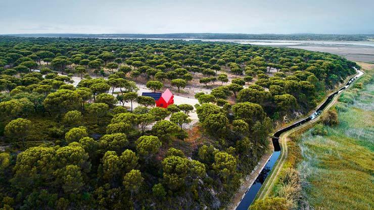 Яркий красный дом House 3000 - маятник на участке 500 гектар