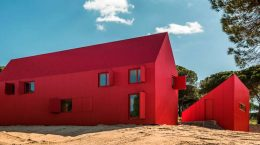 Яркий красный дом в Португалии от Ребело де Андраде | фото