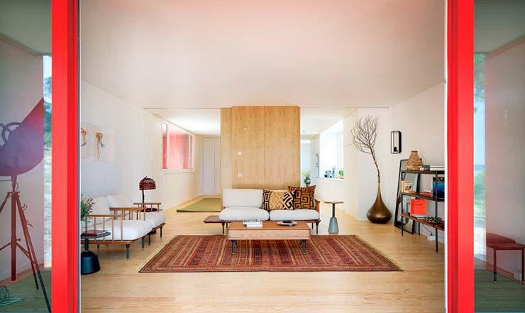 Дизайн гостиной в доме с красным фасадом