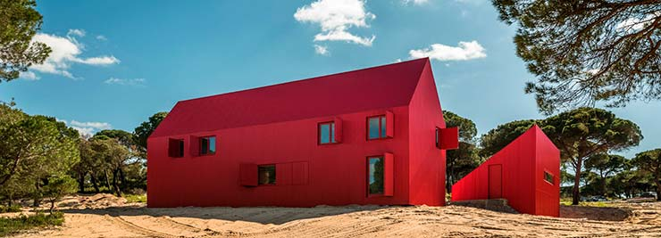 Яркий красный дом House 3000 в Португалии