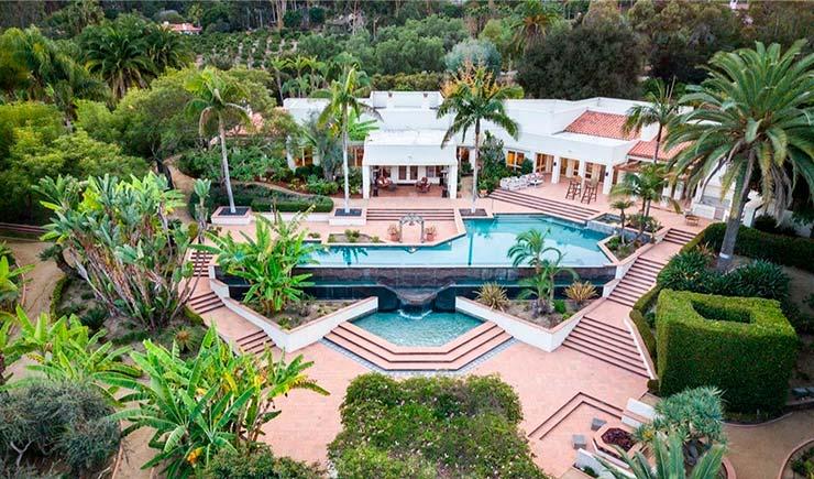 Дом с двумя бассейнами и водопадом
