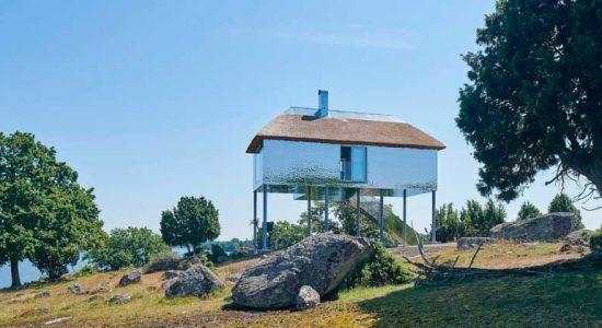 Дом с зеркальным фасадом сливается с природой в Швеции | фото