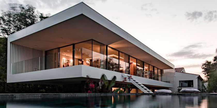 CML House — стеклянный дом с зеркальным бассейном на юге Франции | фото