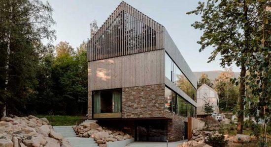 Современный дом из дерева и камня от Studio de.materia | фото