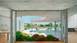 Современный одноэтажный дом вокруг открытого патио в Испании