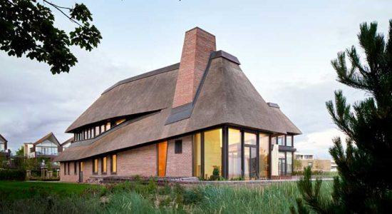 Современный дом с соломенной крышей в Германии | фото