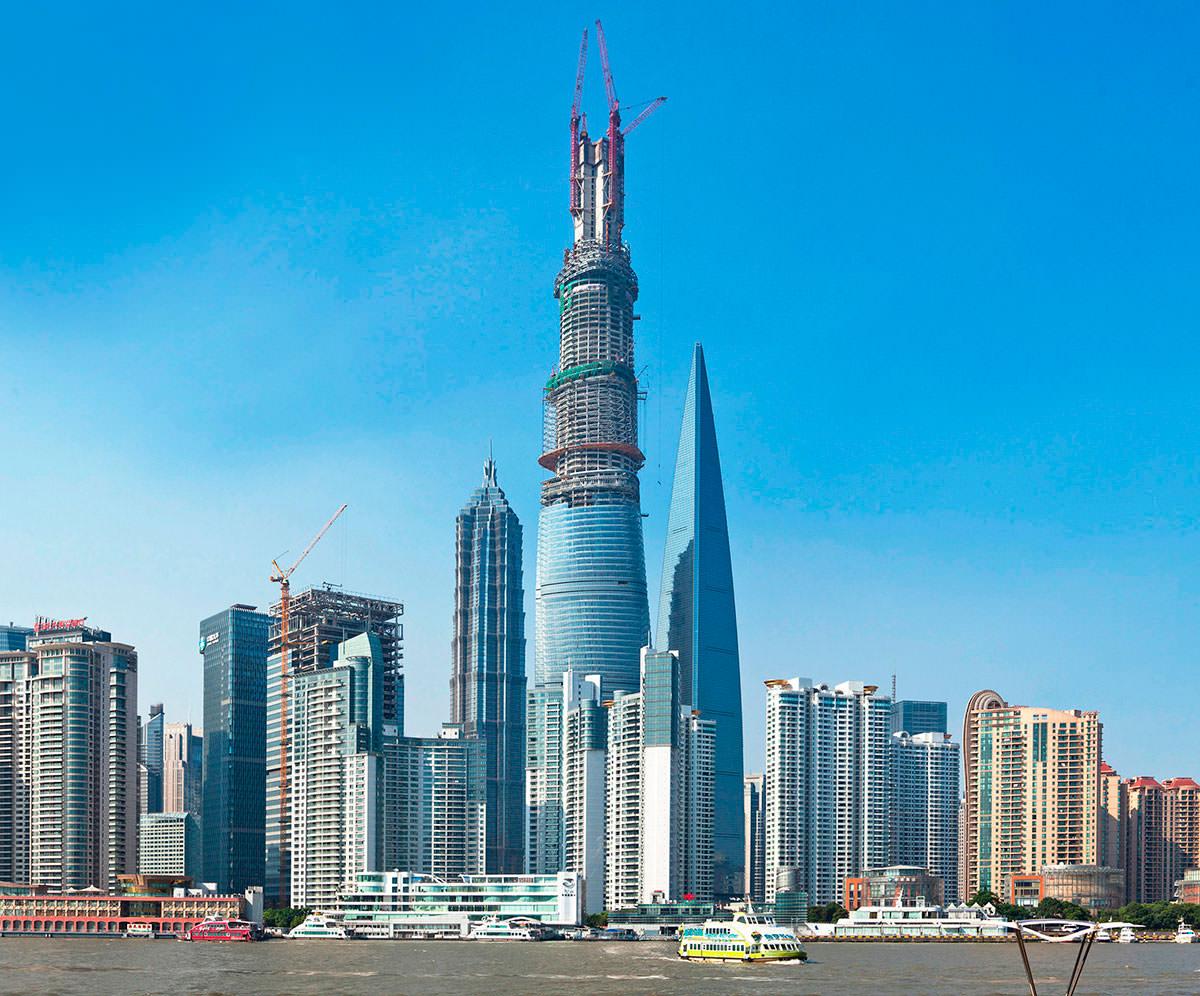 Российский и украинский руферы взобрались на высочайший строящийся небоскреб Китая
