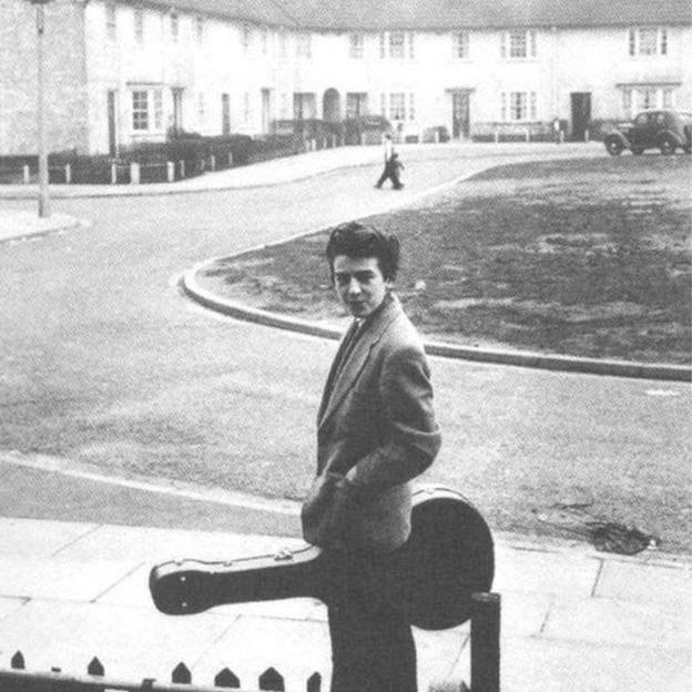 15-летний Джордж Харрис перед своим домом в Ливерпуле