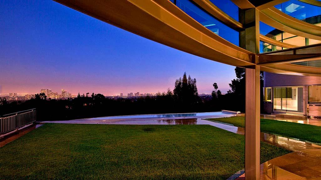 Вид с лужайки дома Бибера на Лос-Анджелес