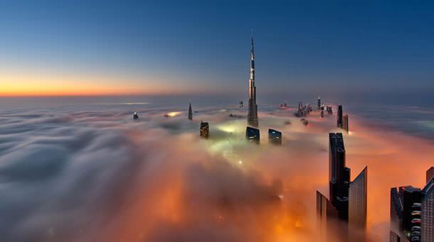 Фотографии небоскребов Дубая в тумане