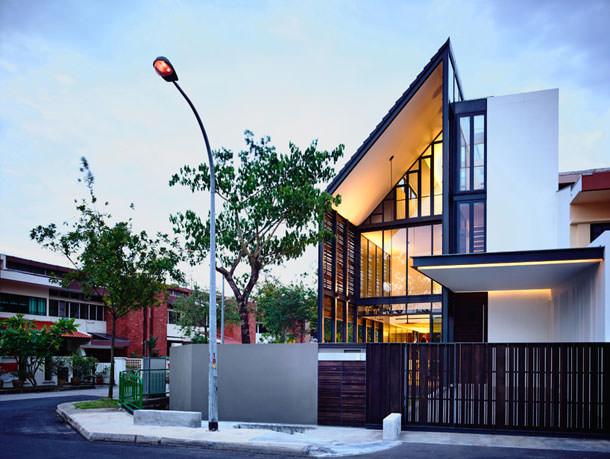 Дом с закрытым деревянным фасадом от HYLA Architects