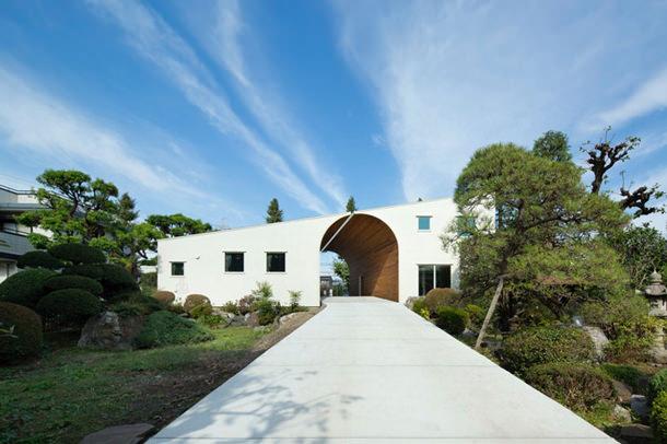 Частный дом с аркой в Японии по проекту Naf Architect and Design
